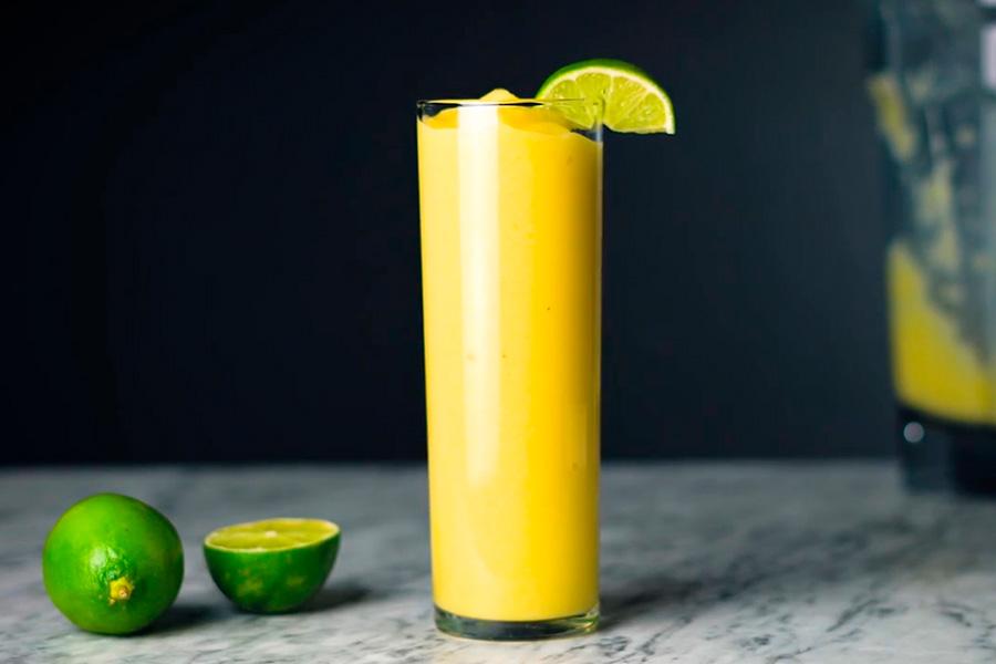 Smoothie tropical con mango, piña y leche de coco