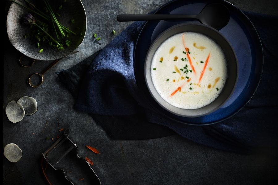 Cuenco de sopa de pescado con elementos decorativos