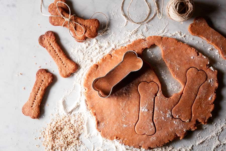 Masa de galletas para perros con forma de hueso hechas en casa.