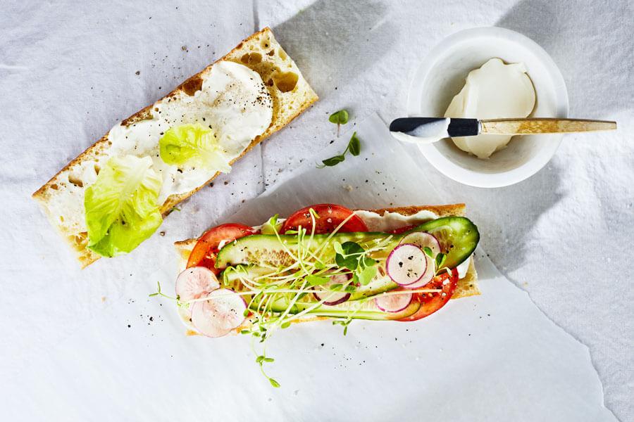 Dos tostadas con soyanesa o mayonesa vegana