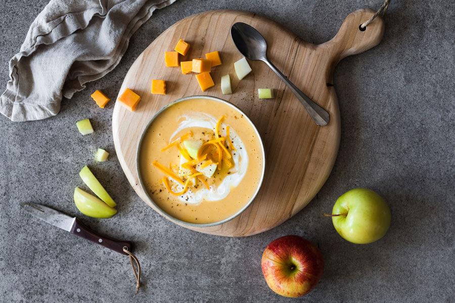 Sopa de queso Cheddar en un bol encima de una tabla