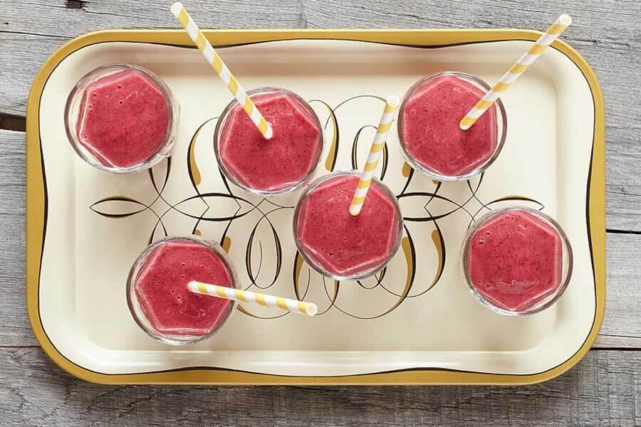 Smoothie antioxidante en 6 vasos con pajitas de papel a rayas