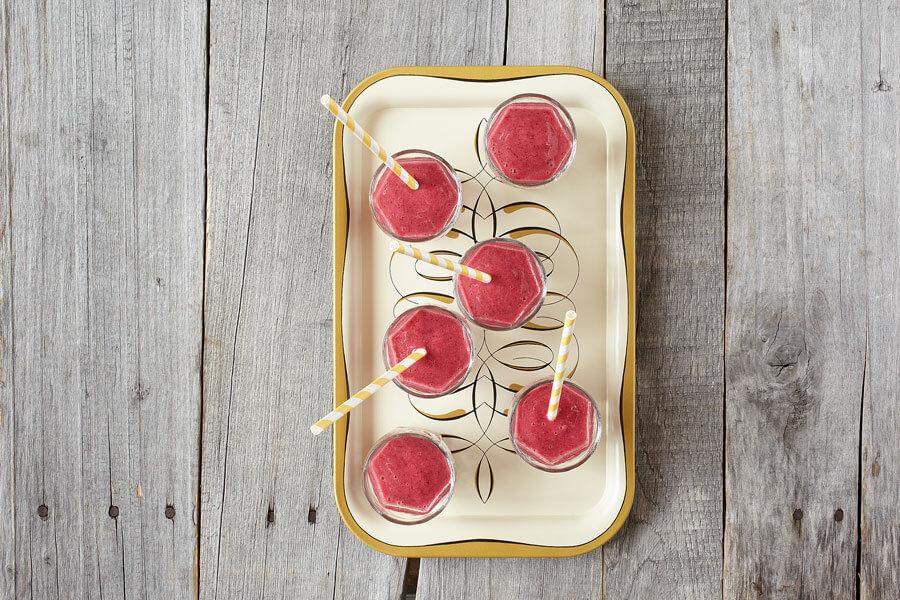 6 smoothie de frutos rojos y azules en una bandeja