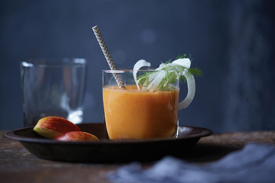 Zumo de zanahoria y manzana en un vaso