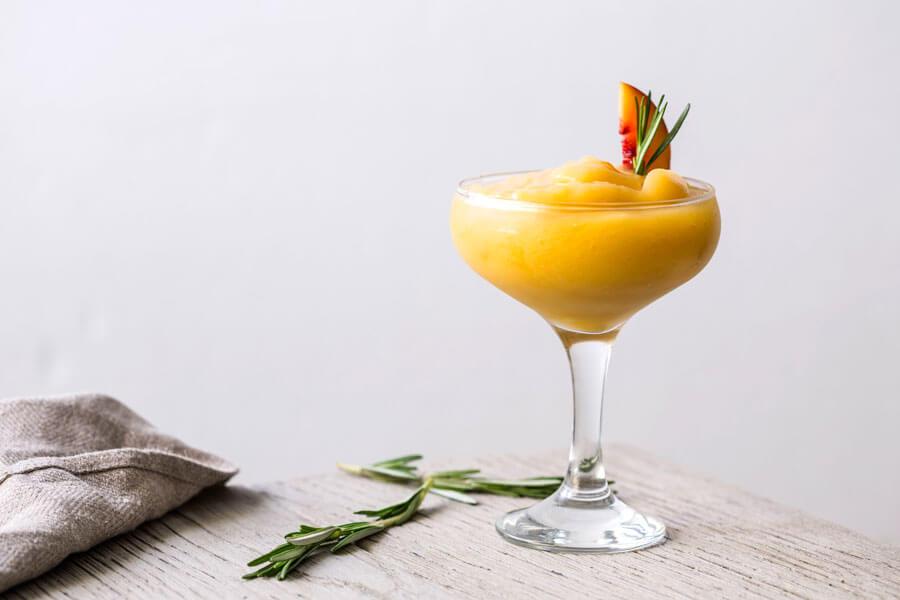 Margarita de melocotón en una copa