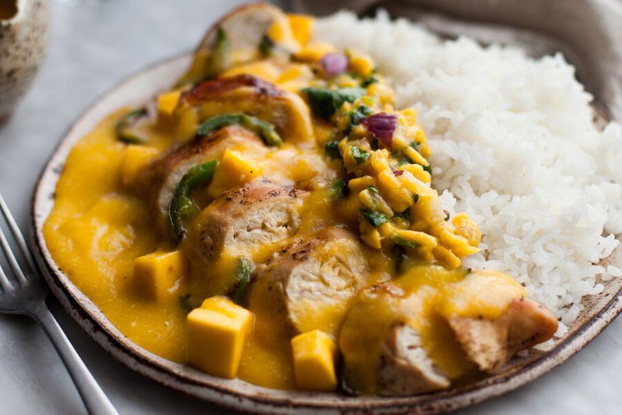 Pollo thai con mango en un plato con arroz blanco
