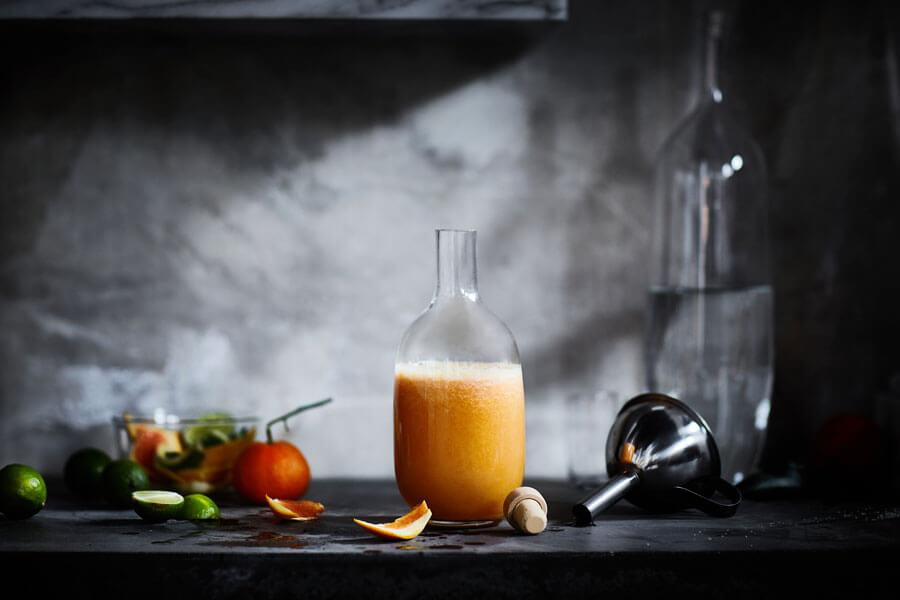 Batido de naranja en una botella