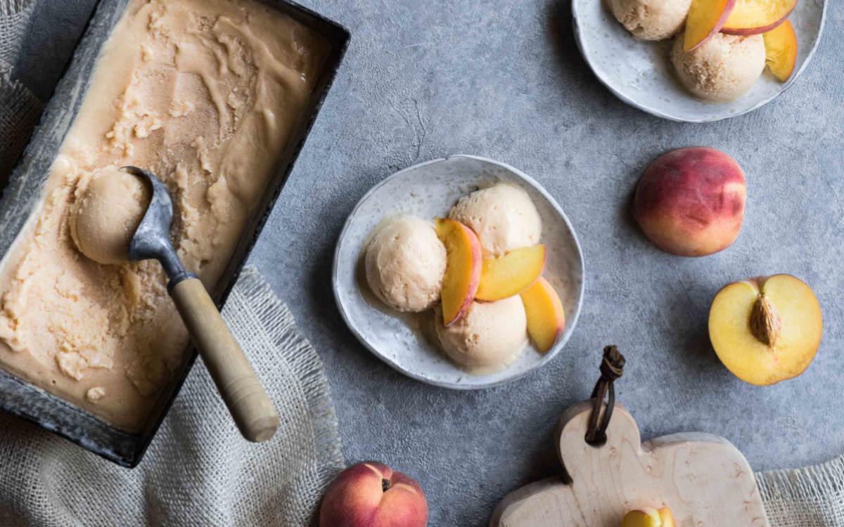 Yogur helado de melocotón y ron