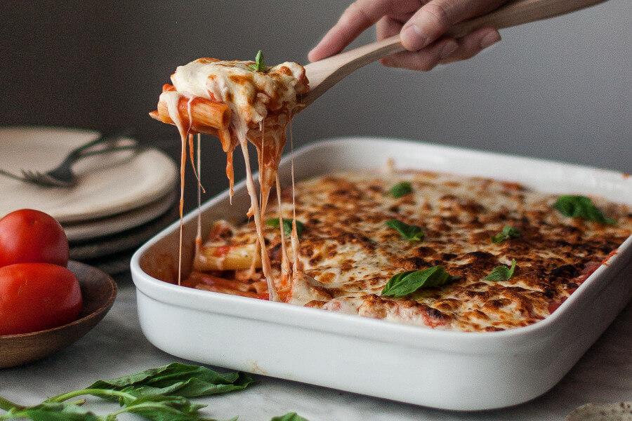 Rigatoni con salsa de tomate en un bandeja de horno