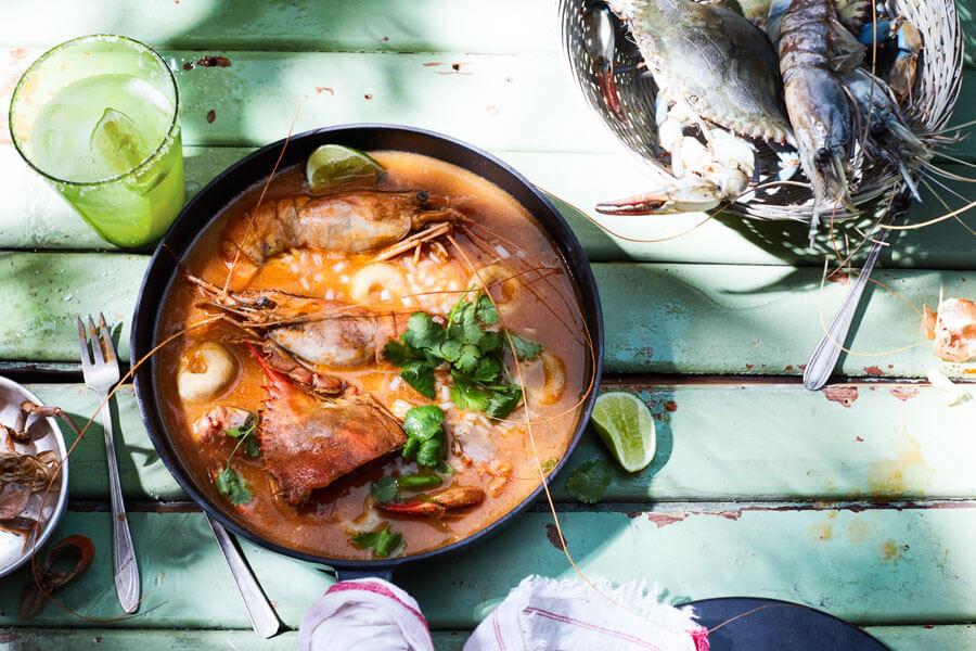 Chilpachole o sopa mexicana de cangrejo con bolitas de maíz en un plato