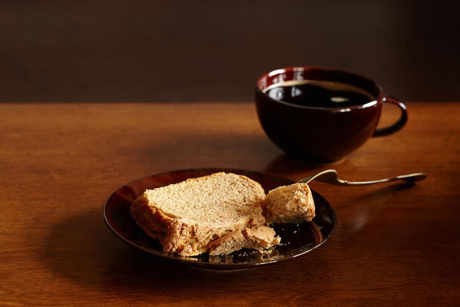 Bizcocho de jengibre en un platillo junto a una taza de té