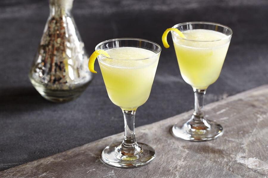 Cóctel de limoncello servido en dos copas