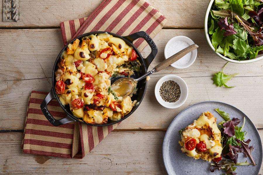 Cazuela de queso y verduras en la mesa