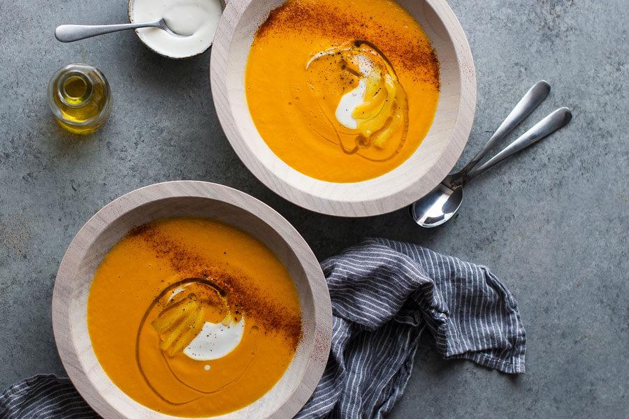 Sopa de jackfruit en dos platos