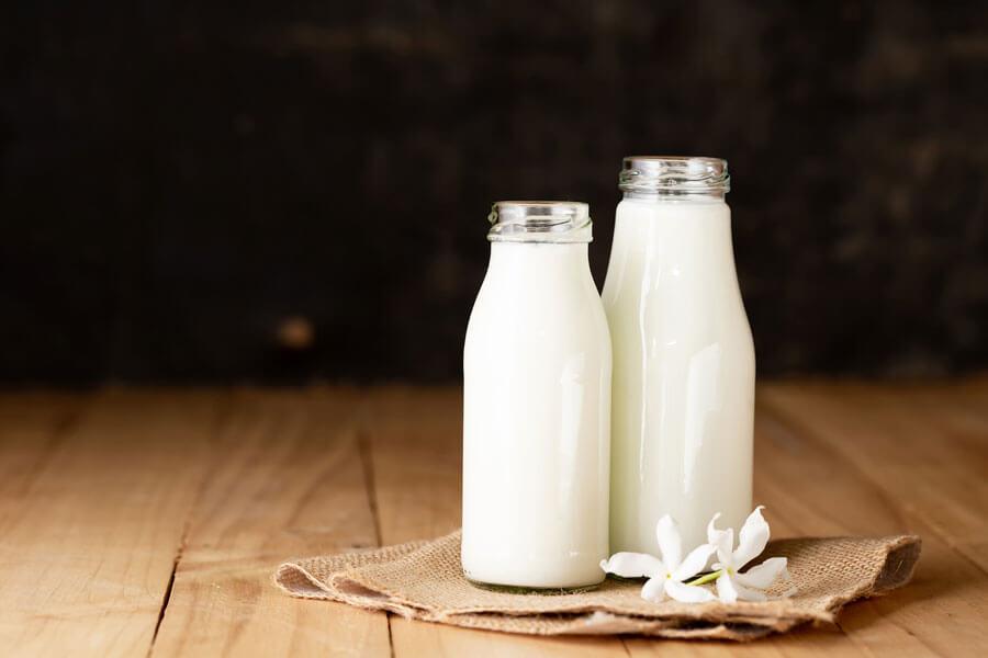 Dos botellas de cristal con suero de mantequilla o buttermilk