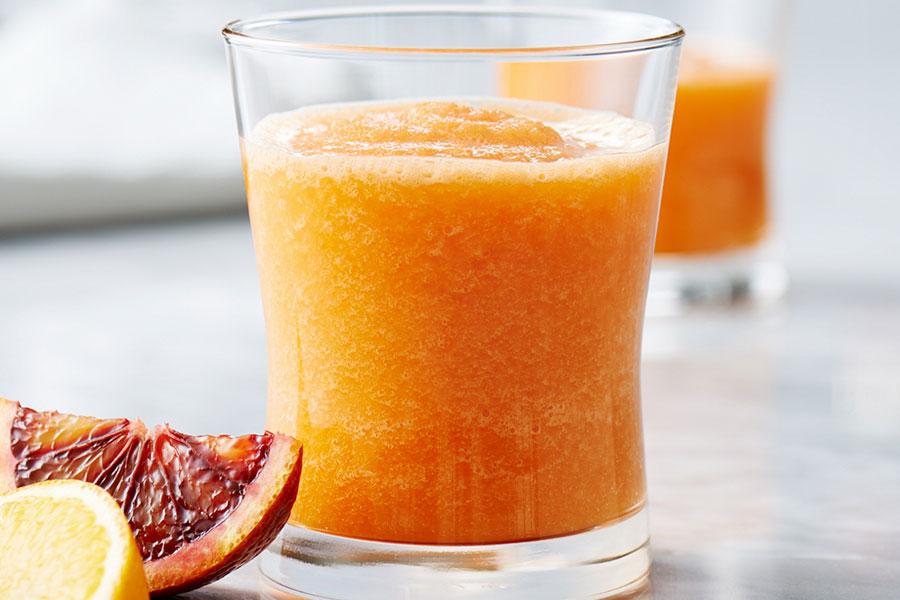 Batido de zanahoria y naranja en un vaso
