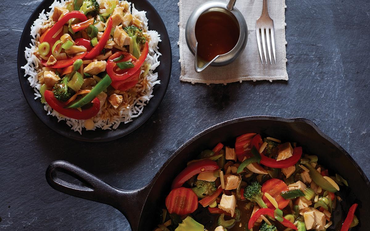 Pollo salteado con verduras y salsa de soja