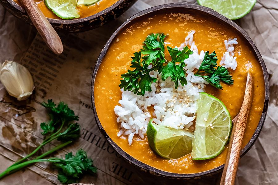 Curry de alubias blancas en bowl de coco.
