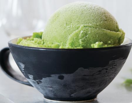 Helado de manzana verde con espinacas en una taza