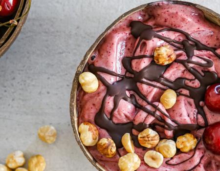 Helado de cereza y chocolate en un bol de coco natural